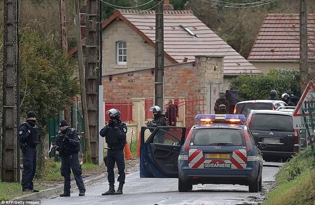 Theo chân đặc nhiệm truy lùng nghi phạm thảm sát Paris ảnh 10