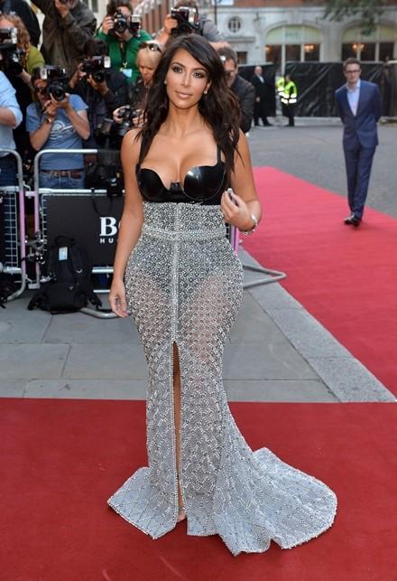 Kim Kardashian chuộng đồ xẻ ngực ảnh 11