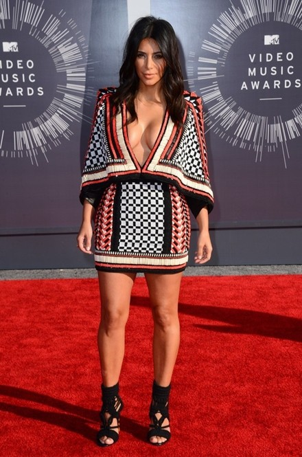 Kim Kardashian chuộng đồ xẻ ngực ảnh 12