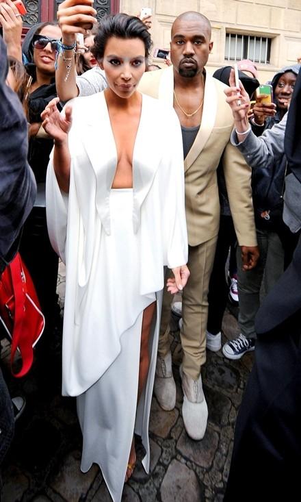 Kim Kardashian chuộng đồ xẻ ngực ảnh 4