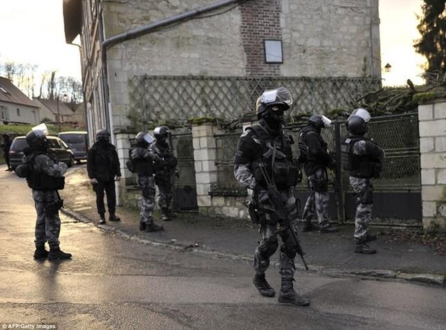Theo chân đặc nhiệm truy lùng nghi phạm thảm sát Paris ảnh 3