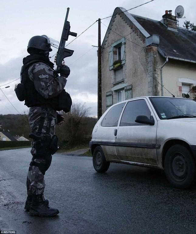Theo chân đặc nhiệm truy lùng nghi phạm thảm sát Paris ảnh 4