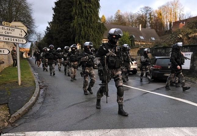 Theo chân đặc nhiệm truy lùng nghi phạm thảm sát Paris ảnh 6