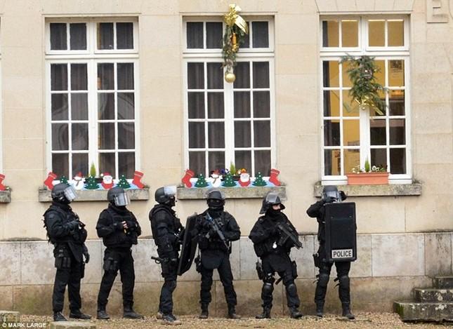 Theo chân đặc nhiệm truy lùng nghi phạm thảm sát Paris ảnh 7