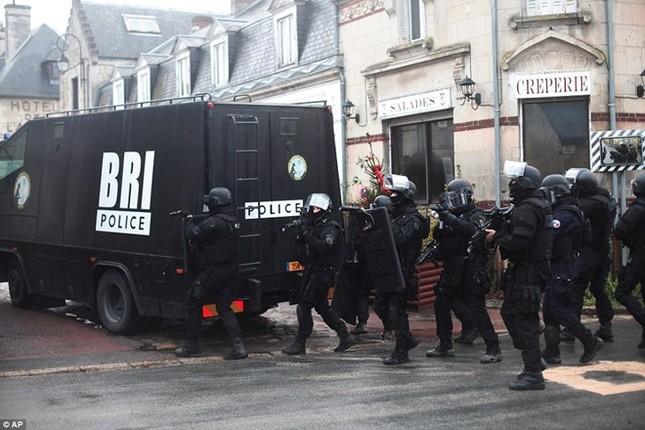 Theo chân đặc nhiệm truy lùng nghi phạm thảm sát Paris ảnh 8