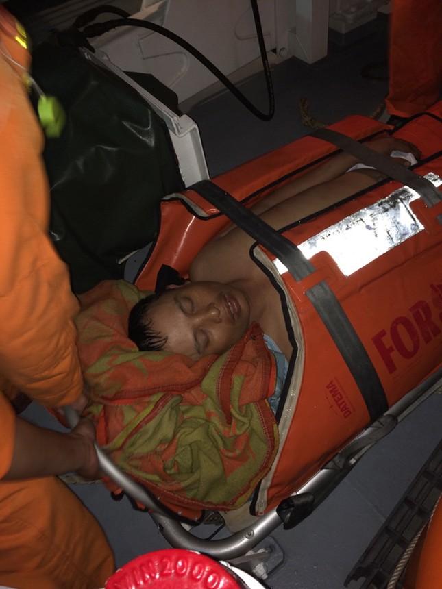 Clip: Cứu ngư dân ngã vào chân vịt hôn mê trên biển ảnh 1