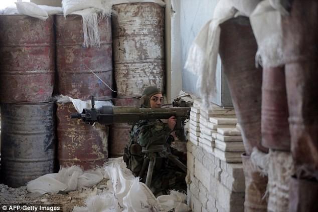 Bóng hồng lái xe tăng, nã súng máy, phóng rocket ở Syria ảnh 2