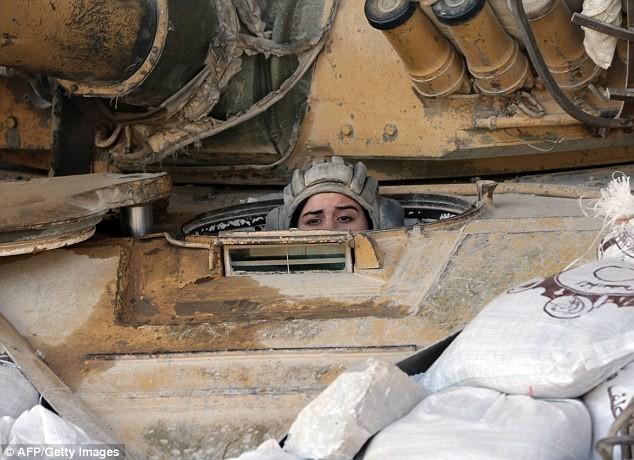 Bóng hồng lái xe tăng, nã súng máy, phóng rocket ở Syria ảnh 3