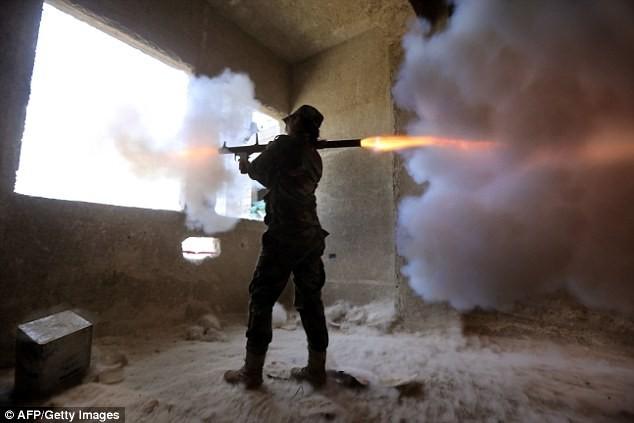 Bóng hồng lái xe tăng, nã súng máy, phóng rocket ở Syria ảnh 4