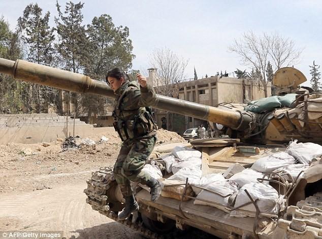 Bóng hồng lái xe tăng, nã súng máy, phóng rocket ở Syria ảnh 5