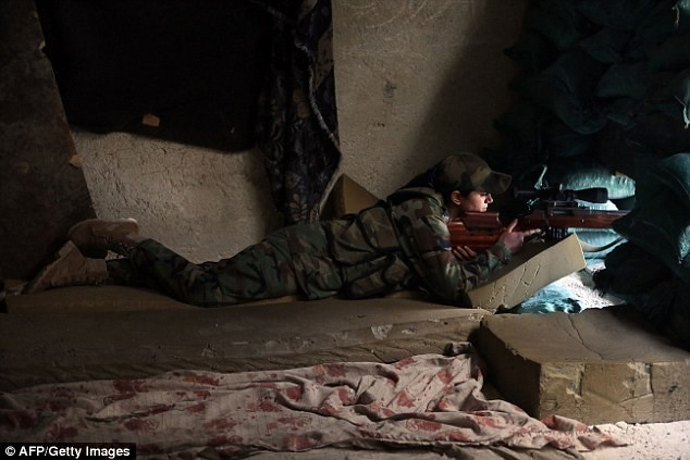 Bóng hồng lái xe tăng, nã súng máy, phóng rocket ở Syria ảnh 7