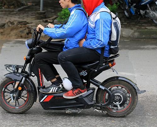 Không đội mũ bảo hiểm, trùm áo mưa để 'qua mặt' CSGT ảnh 10