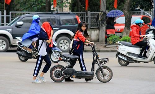 Không đội mũ bảo hiểm, trùm áo mưa để 'qua mặt' CSGT ảnh 12