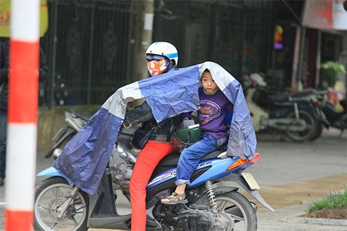 Không đội mũ bảo hiểm, trùm áo mưa để 'qua mặt' CSGT ảnh 13