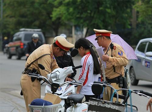 Không đội mũ bảo hiểm, trùm áo mưa để 'qua mặt' CSGT ảnh 2