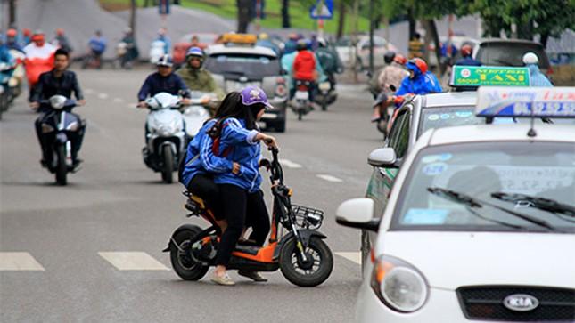 Không đội mũ bảo hiểm, trùm áo mưa để 'qua mặt' CSGT ảnh 4