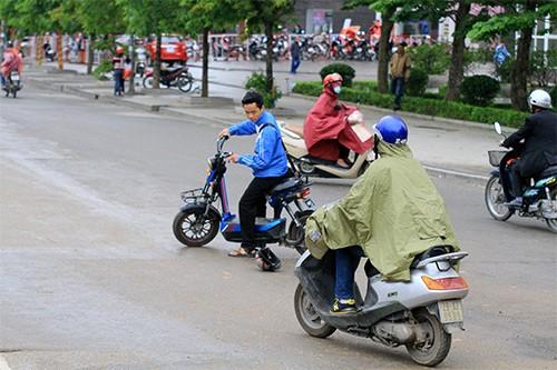Không đội mũ bảo hiểm, trùm áo mưa để 'qua mặt' CSGT ảnh 5