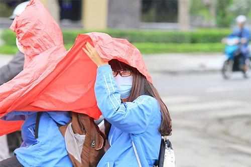Không đội mũ bảo hiểm, trùm áo mưa để 'qua mặt' CSGT ảnh 6