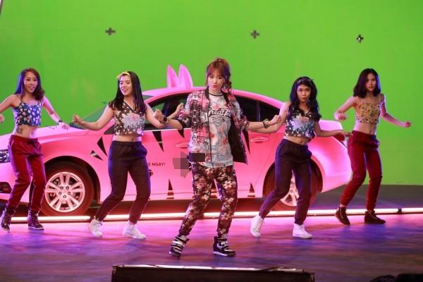 Hari Won khoe xe hơi được thiết kế riêng ảnh 2