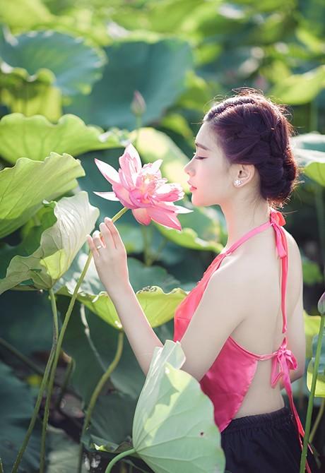 Nữ sinh Sư phạm khoe sắc tinh khôi bên hoa sen ảnh 10