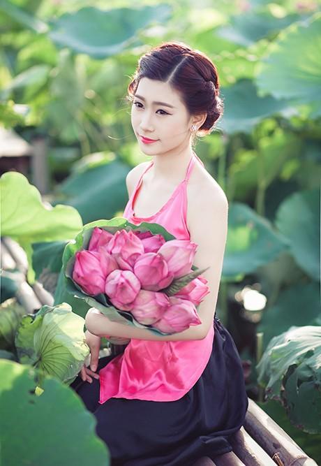 Nữ sinh Sư phạm khoe sắc tinh khôi bên hoa sen ảnh 1