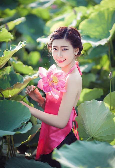 Nữ sinh Sư phạm khoe sắc tinh khôi bên hoa sen ảnh 2