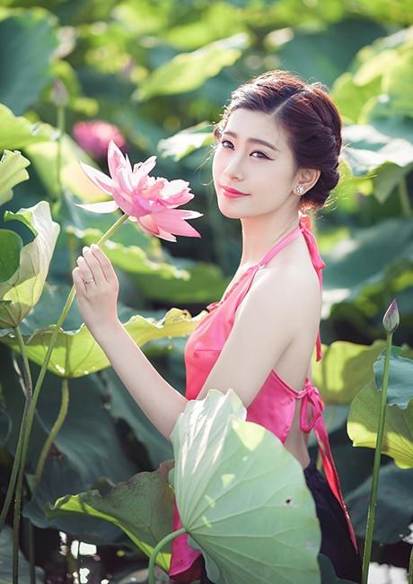 Nữ sinh Sư phạm khoe sắc tinh khôi bên hoa sen ảnh 3