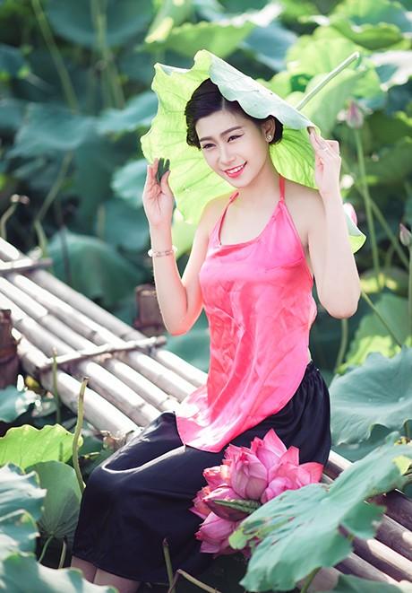 Nữ sinh Sư phạm khoe sắc tinh khôi bên hoa sen ảnh 6