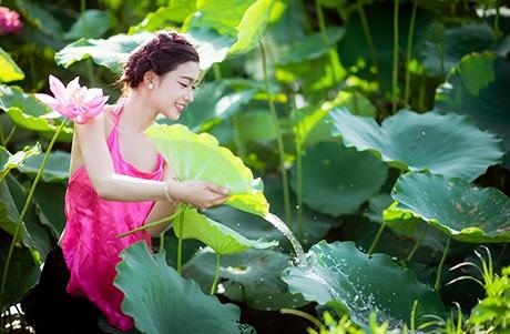 Nữ sinh Sư phạm khoe sắc tinh khôi bên hoa sen ảnh 7