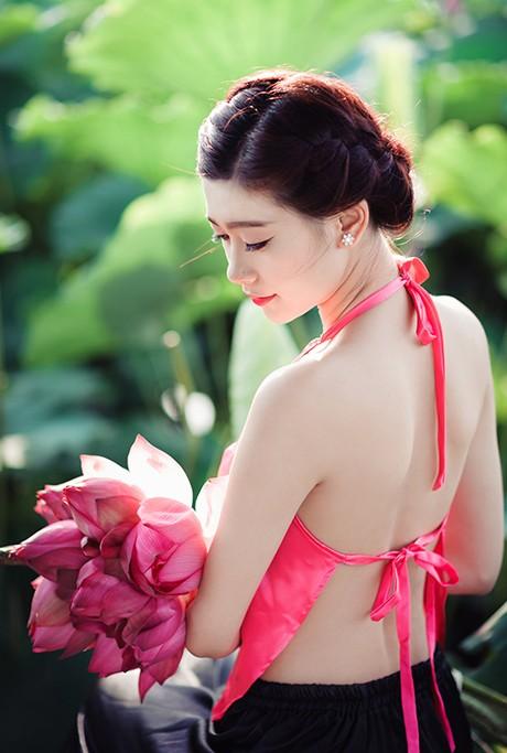 Nữ sinh Sư phạm khoe sắc tinh khôi bên hoa sen ảnh 8