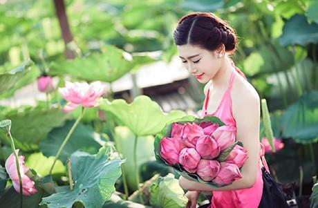 Nữ sinh Sư phạm khoe sắc tinh khôi bên hoa sen ảnh 9