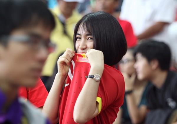 Mặc áo Công Phượng, Hòa Minzy 'cháy' hết mình ở SEA Games ảnh 2