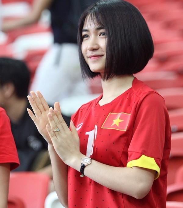 Mặc áo Công Phượng, Hòa Minzy 'cháy' hết mình ở SEA Games ảnh 3