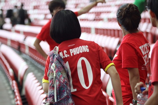 Mặc áo Công Phượng, Hòa Minzy 'cháy' hết mình ở SEA Games ảnh 4