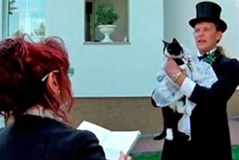 Lạ kỳ những người nhất quyết kết hôn với... động vật ảnh 5