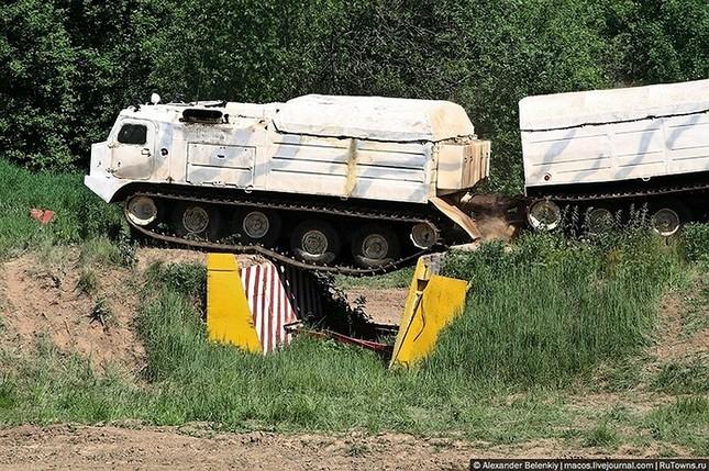 Những bài kiểm tra xe quân sự 'nghẹt thở' của Nga ảnh 15