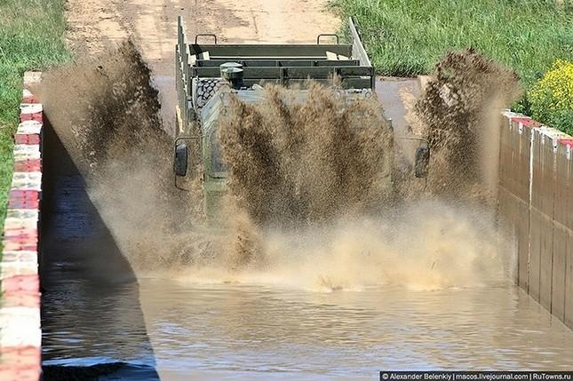 Những bài kiểm tra xe quân sự 'nghẹt thở' của Nga ảnh 17