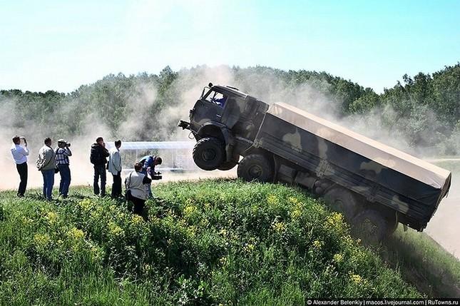 Những bài kiểm tra xe quân sự 'nghẹt thở' của Nga ảnh 19