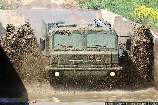 Những bài kiểm tra xe quân sự 'nghẹt thở' của Nga ảnh 1