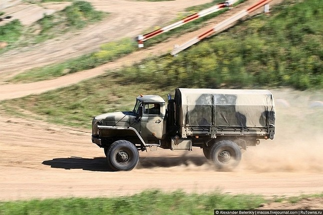 Những bài kiểm tra xe quân sự 'nghẹt thở' của Nga ảnh 2