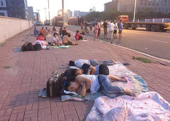Cảnh 'màn trời chiếu đất' sau vụ nổ lớn ở Trung Quốc ảnh 5