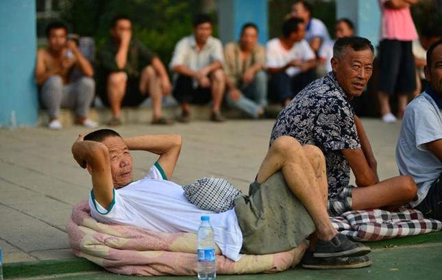 Cảnh 'màn trời chiếu đất' sau vụ nổ lớn ở Trung Quốc ảnh 6