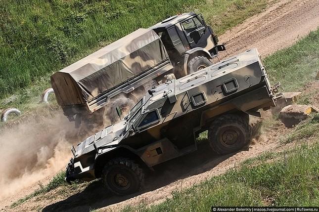 Những bài kiểm tra xe quân sự 'nghẹt thở' của Nga ảnh 6