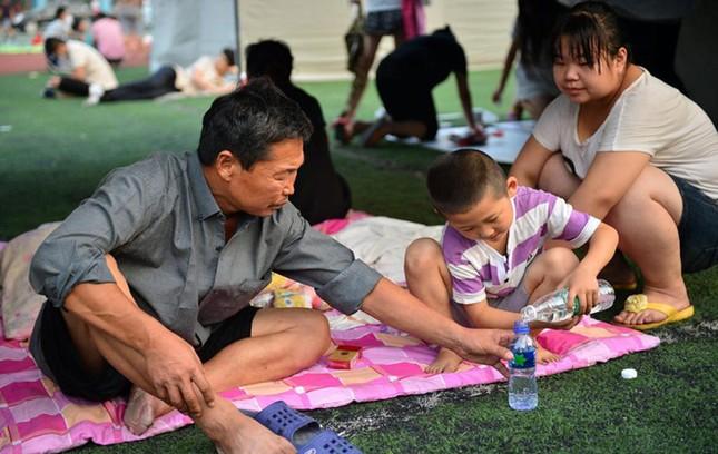 Cảnh 'màn trời chiếu đất' sau vụ nổ lớn ở Trung Quốc ảnh 7