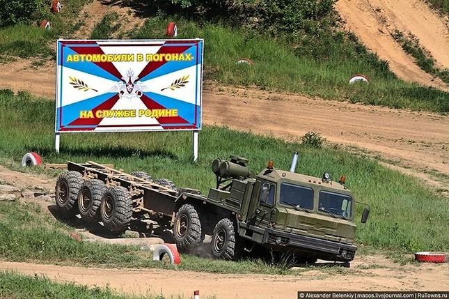 Những bài kiểm tra xe quân sự 'nghẹt thở' của Nga ảnh 8