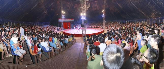 Khán giả thị xã Sơn Tây ùn ùn đội mưa đi xem xiếc lưu động ảnh 3