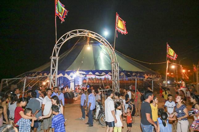 Khán giả thị xã Sơn Tây ùn ùn đội mưa đi xem xiếc lưu động ảnh 12