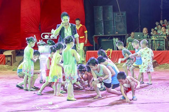 Khán giả thị xã Sơn Tây ùn ùn đội mưa đi xem xiếc lưu động ảnh 6