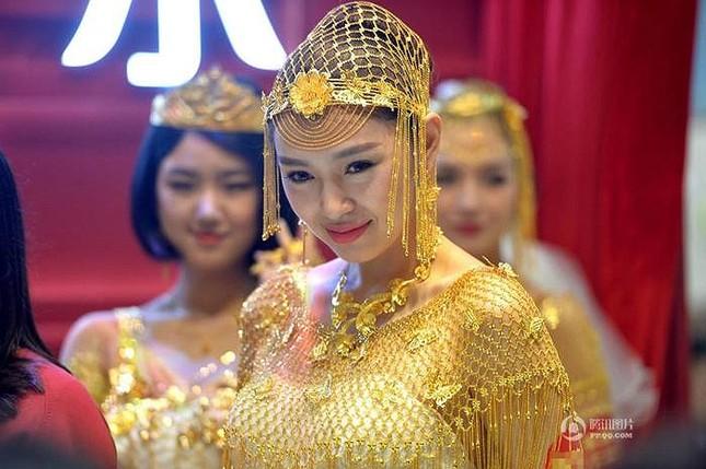 Lóa mắt với áo cưới làm từ vàng ròng ảnh 1