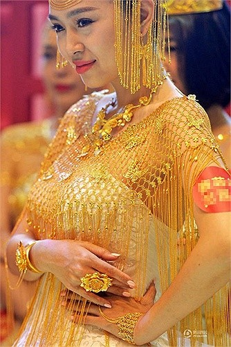 Lóa mắt với áo cưới làm từ vàng ròng ảnh 3